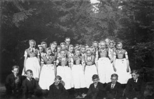 farar Bohuměr Rejsler z paćerskimi dźěćimi w Slepom wokoło 1937